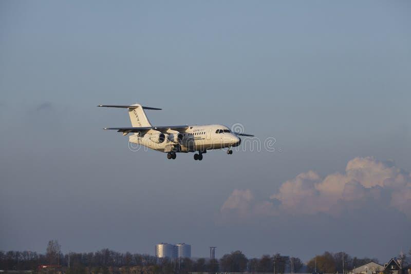Aeropuerto Schiphol de Amsterdam - CityJet Avro RJ85 aterriza fotografía de archivo