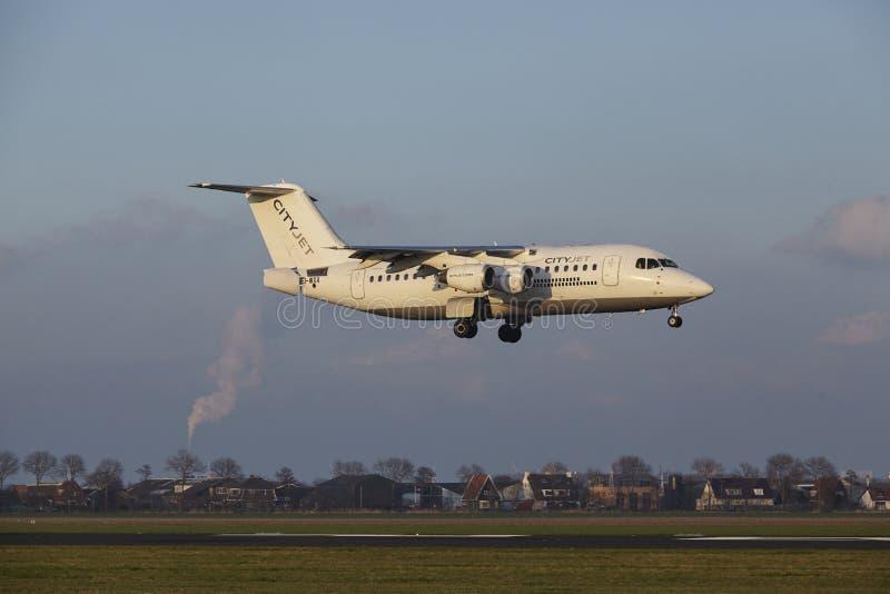 Aeropuerto Schiphol de Amsterdam - CityJet Avro RJ85 aterriza imagenes de archivo