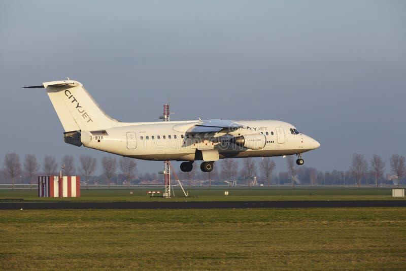 Aeropuerto Schiphol de Amsterdam - CityJet Avro RJ85 aterriza fotos de archivo libres de regalías