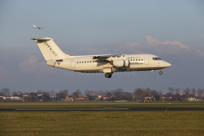 Aeropuerto Schiphol de Amsterdam - CityJet Avro RJ85 aterriza fotografía de archivo libre de regalías