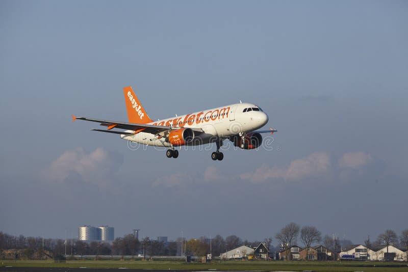 Aeropuerto Schiphol de Amsterdam - Easyjet Airbus A319 aterriza imagen de archivo libre de regalías