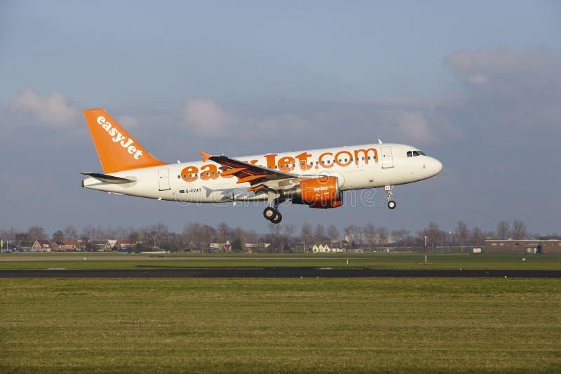 Aeropuerto Schiphol de Amsterdam - Easyjet Airbus A319 aterriza fotografía de archivo libre de regalías
