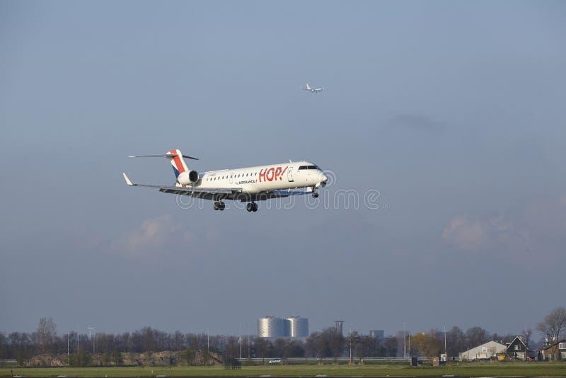 Aeropuerto Schiphol de Amsterdam - el bombardero CRJ-701 del SALTO aterriza fotos de archivo libres de regalías