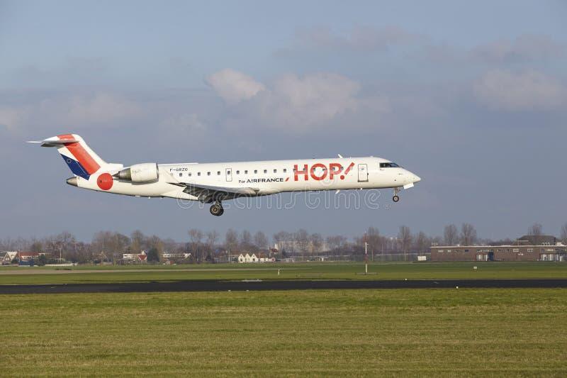 Aeropuerto Schiphol de Amsterdam - el bombardero CRJ-701 del SALTO aterriza imagen de archivo libre de regalías