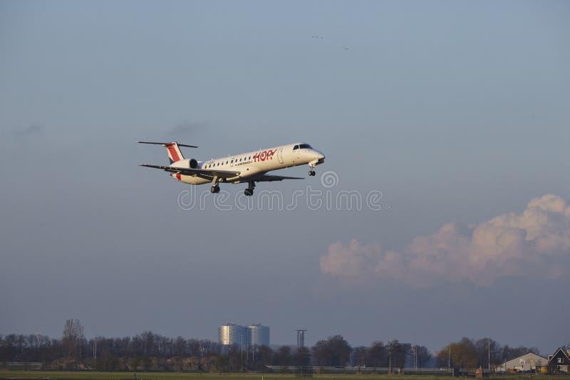 Aeropuerto Schiphol de Amsterdam - el SALTO Embraer 145 aterriza imágenes de archivo libres de regalías