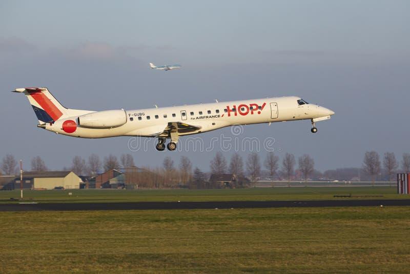 Aeropuerto Schiphol de Amsterdam - el SALTO Embraer 145 aterriza imagen de archivo