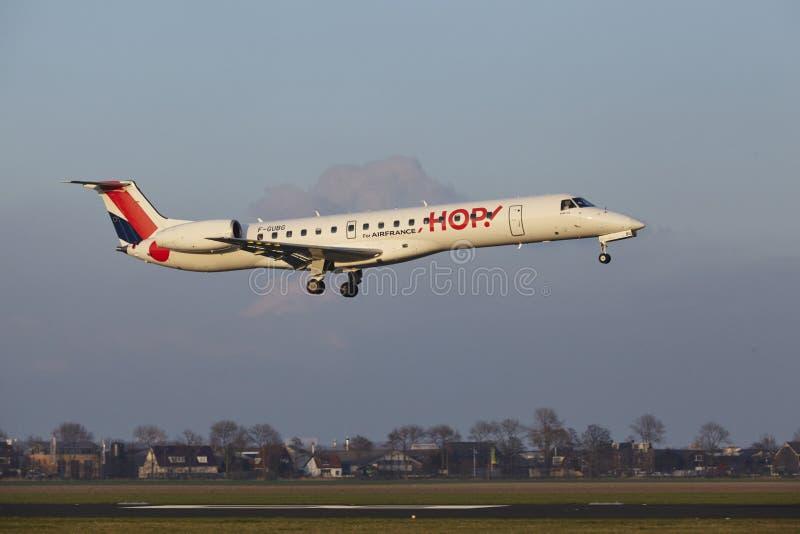 Aeropuerto Schiphol de Amsterdam - el SALTO Embraer 145 aterriza imagenes de archivo