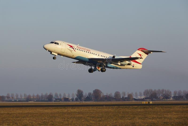 Aeropuerto Schiphol de Amsterdam - Fokker 70 de Austrian Airlines saca fotografía de archivo