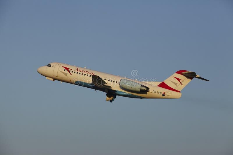 Aeropuerto Schiphol de Amsterdam - Fokker 70 de Austrian Airlines saca imagen de archivo
