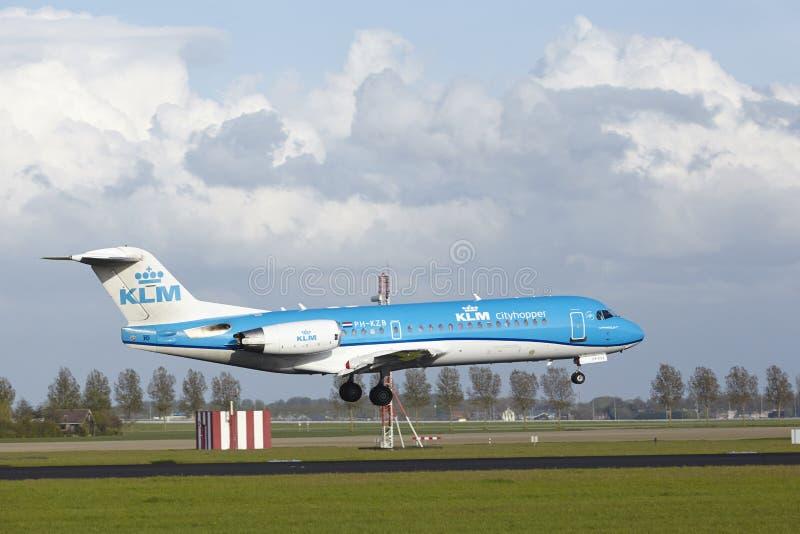 Aeropuerto Schiphol de Amsterdam - Fokker 70 de KLM Cityhopper aterriza fotos de archivo libres de regalías
