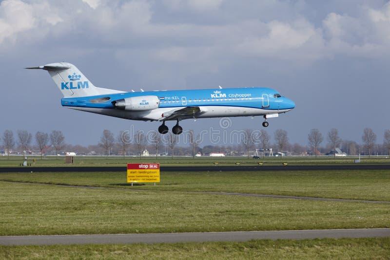Aeropuerto Schiphol de Amsterdam - Fokker 70 de KLM Cityhopper aterriza fotos de archivo