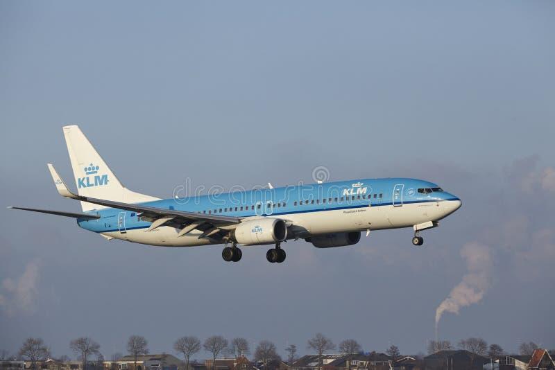 Aeropuerto Schiphol de Amsterdam - KLM Boeing 737 aterriza fotografía de archivo libre de regalías