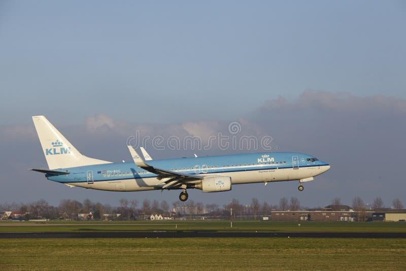 Aeropuerto Schiphol de Amsterdam - KLM Boeing 737 aterriza fotos de archivo