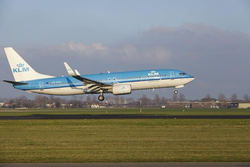 Aeropuerto Schiphol de Amsterdam - KLM Boeing 737 aterriza imágenes de archivo libres de regalías