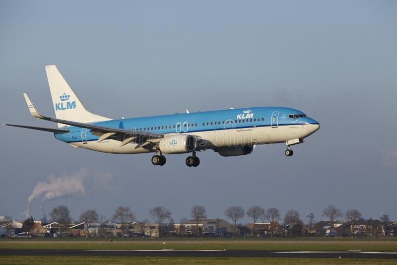 Aeropuerto Schiphol de Amsterdam - KLM Boeing 737 aterriza imagen de archivo libre de regalías