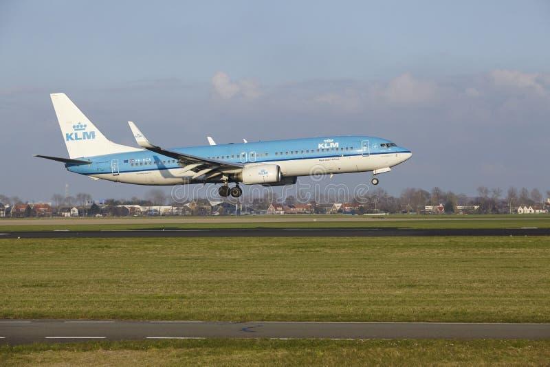 Aeropuerto Schiphol de Amsterdam - KLM Boeing 737 aterriza imagen de archivo
