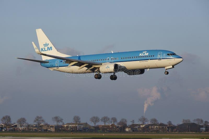 Aeropuerto Schiphol de Amsterdam - KLM Boeing 737 aterriza fotos de archivo libres de regalías