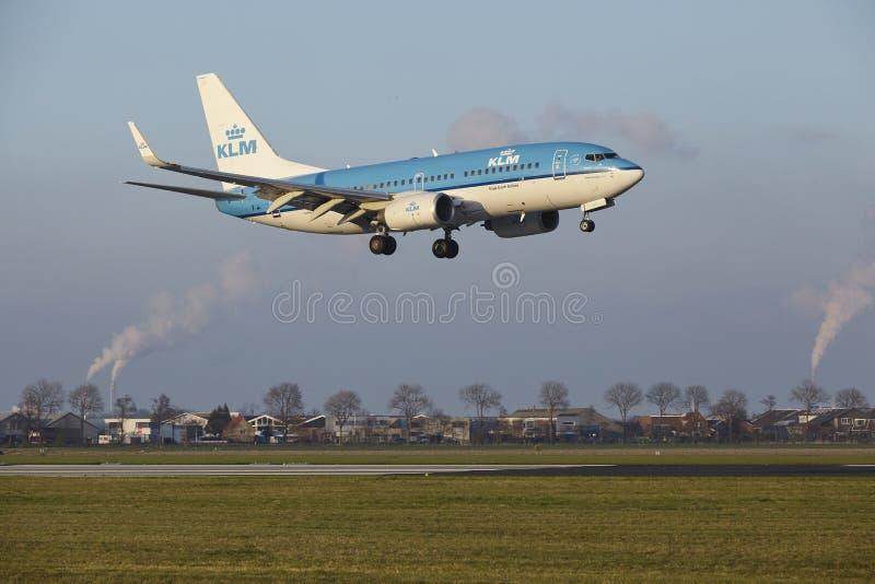 Aeropuerto Schiphol de Amsterdam - KLM Boeing 737 aterriza fotografía de archivo