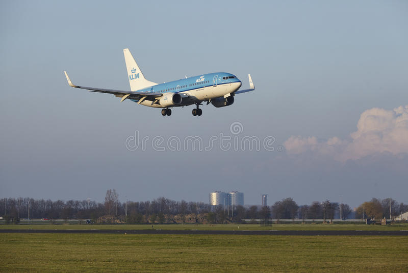 Aeropuerto Schiphol de Amsterdam - KLM Boeing 737 aterriza foto de archivo