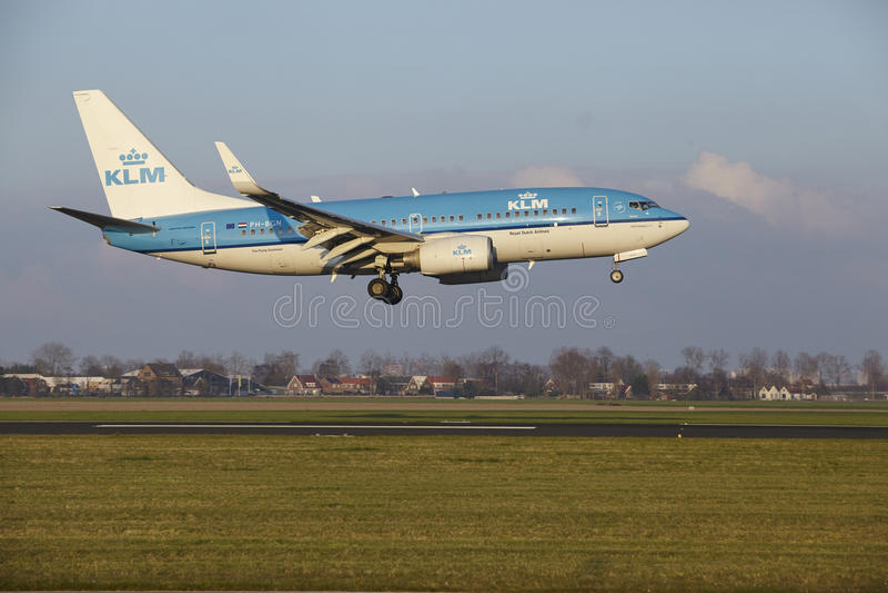 Aeropuerto Schiphol de Amsterdam - KLM Boeing 737 aterriza foto de archivo libre de regalías