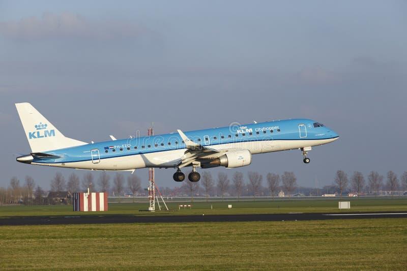 Aeropuerto Schiphol de Amsterdam - KLM Cityhopper Embraer 190 aterriza imagen de archivo