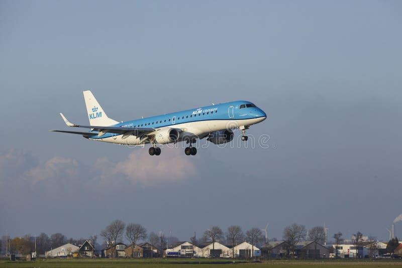 Aeropuerto Schiphol de Amsterdam - KLM Cityhopper Embraer 190 aterriza foto de archivo libre de regalías