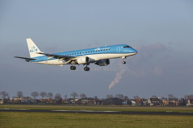 Aeropuerto Schiphol de Amsterdam - KLM Cityhopper Embraer 190 aterriza fotografía de archivo libre de regalías