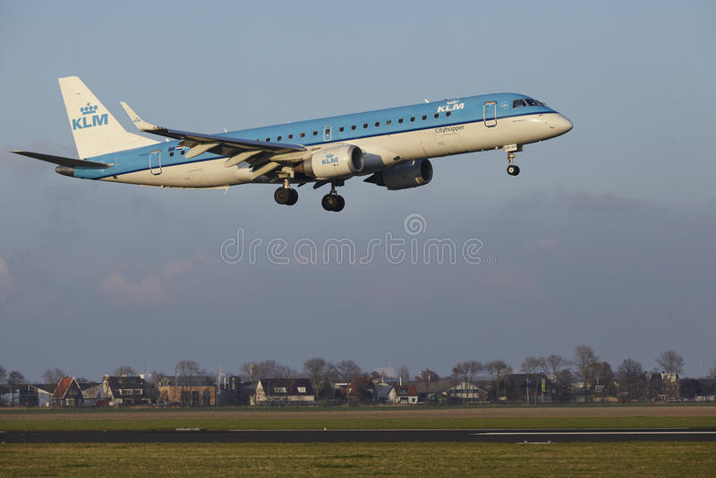 Aeropuerto Schiphol de Amsterdam - KLM Cityhopper Embraer 190 aterriza fotografía de archivo
