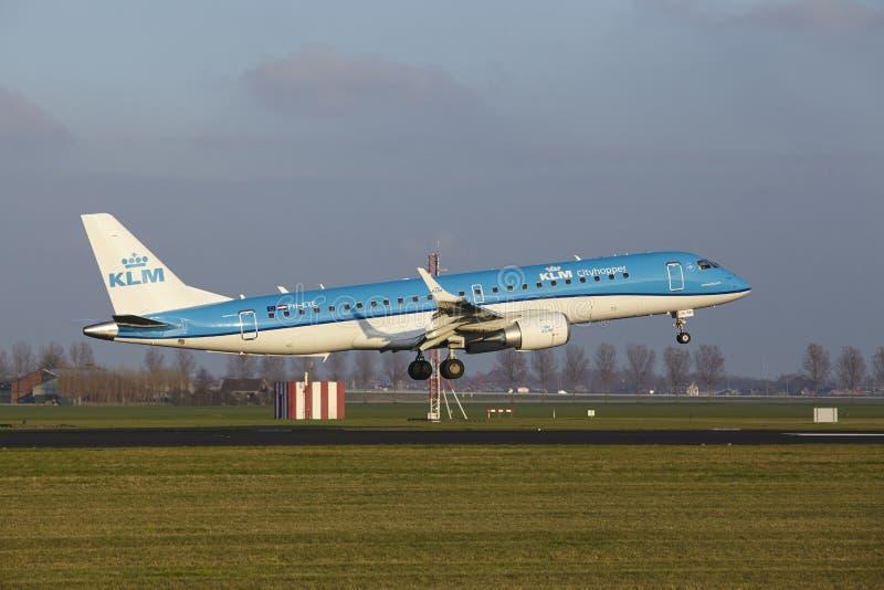 Aeropuerto Schiphol de Amsterdam - KLM Cityhopper Embraer 190 aterriza imagenes de archivo