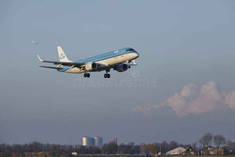 Aeropuerto Schiphol de Amsterdam - KLM Cityhopper Embraer 190 aterriza fotos de archivo libres de regalías