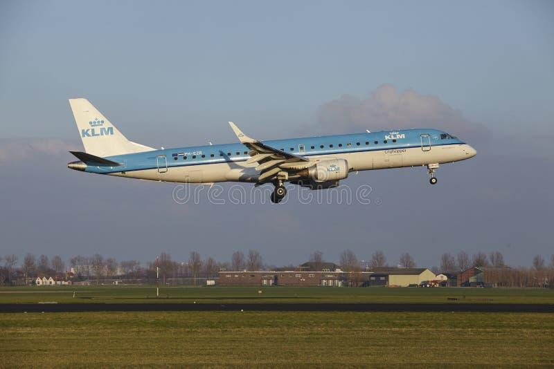 Aeropuerto Schiphol de Amsterdam - KLM Cityhopper Embraer 190 aterriza imágenes de archivo libres de regalías