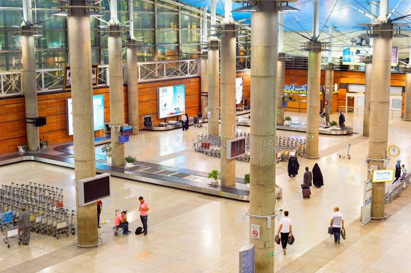 Aeropuerto Teherán del transportador del equipaje de la gente imagenes de archivo