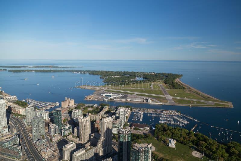 Aeropuerto y el lago Ontario de la isla de Toronto fotos de archivo