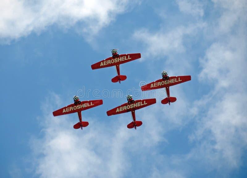 Aeroshell Aerobatic lag som flyger över Florida arkivfoto