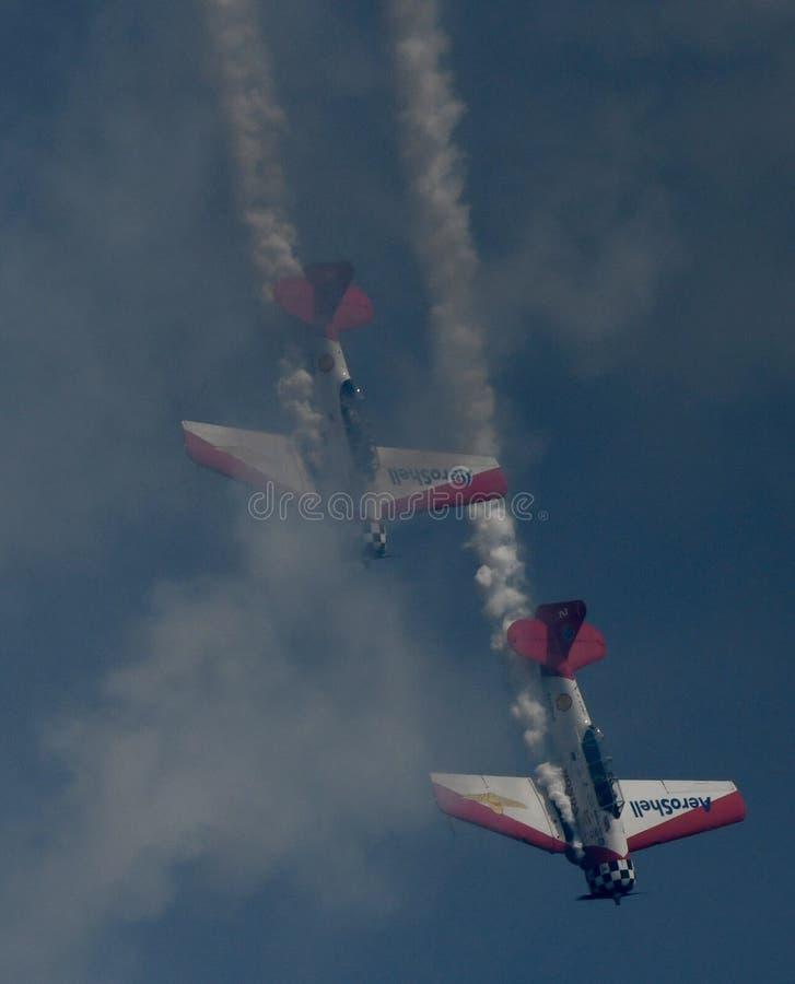 Aeroshell Aerobatic Team Diving Through Smoke royaltyfri fotografi