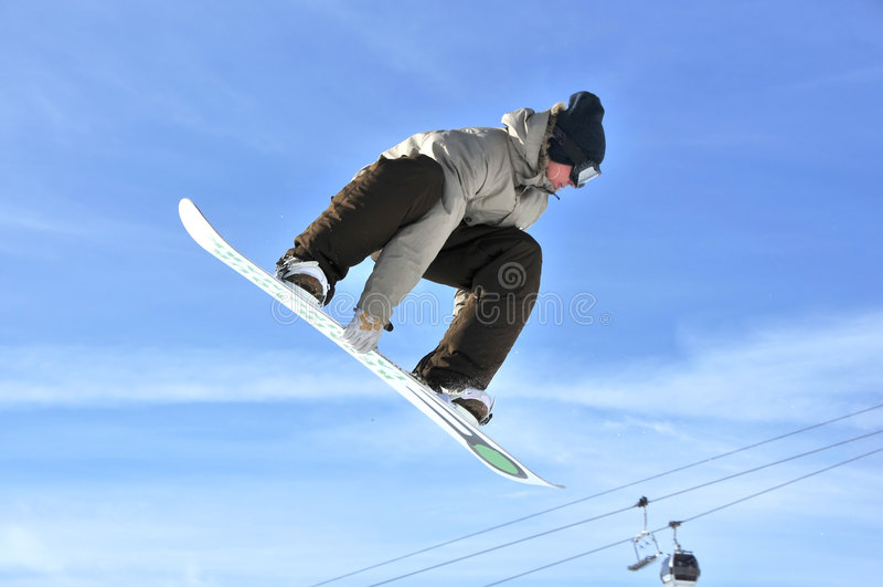 aeroski女孩跳高挡雪板.图片