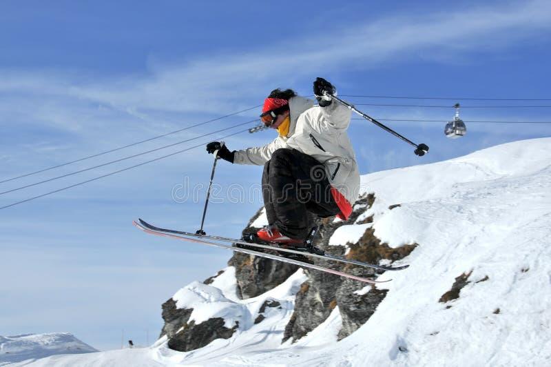 Aeroski: ein Skifahrer führt einen Hochsprung durch stockfoto