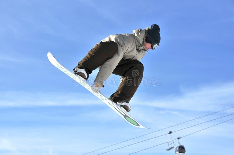 Aeroski: Mädchen Snowboarder auf einem Hochsprung lizenzfreies stockbild