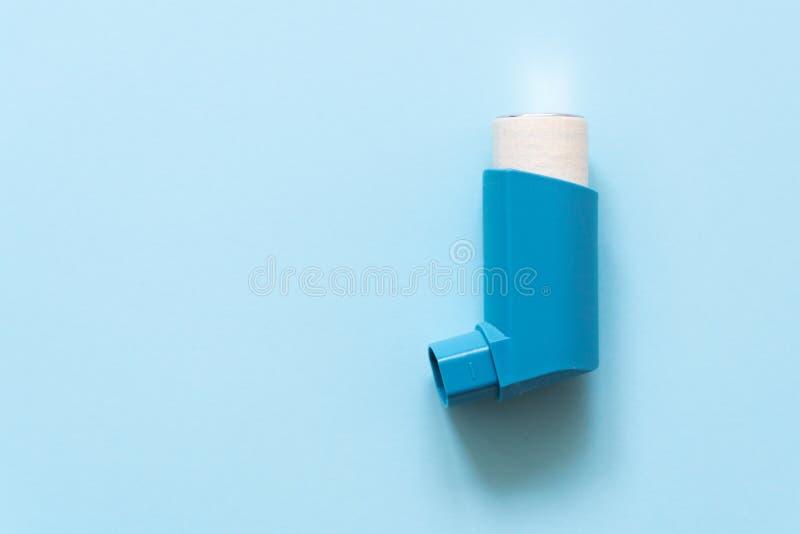 Aerosol dla inhalaci dla traktowania oskrzelowa astma na błękitnym pastelowym tle zdjęcie stock