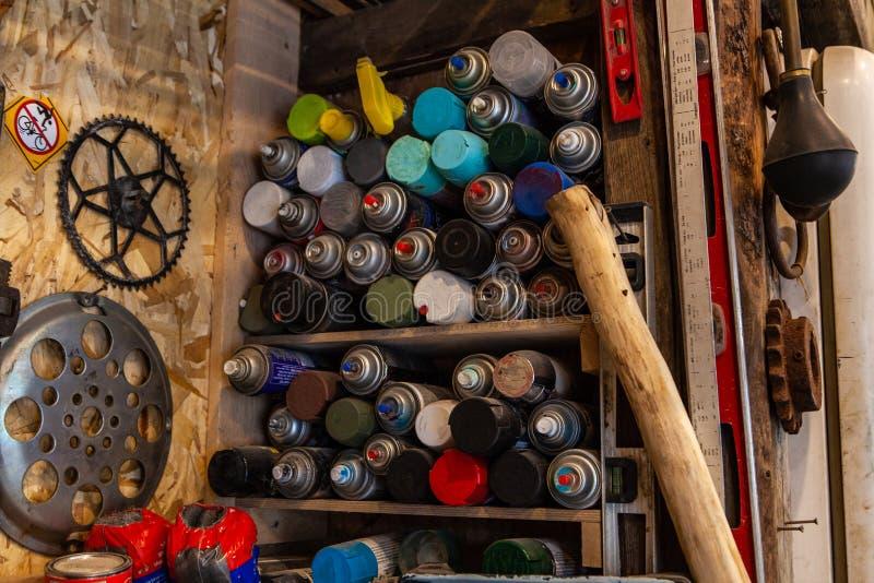 Aerosole gespeichert auf Regalen in der Garage stockfotografie