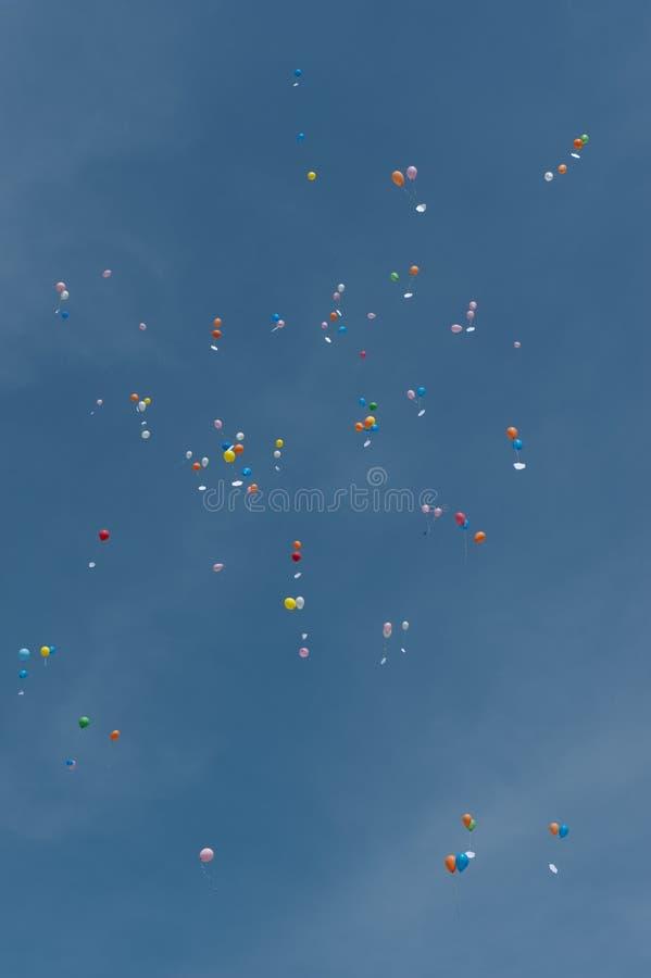 Aerostati in cielo blu fotografia stock
