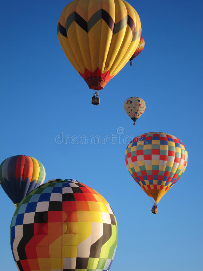 Aerostati di aria calda contro cielo blu fotografie stock