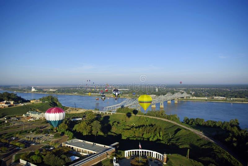 Aerostati di aria calda sopra il fiume immagini stock libere da diritti