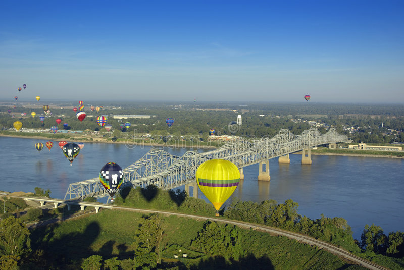 Aerostati di aria calda sopra il fiume immagine stock
