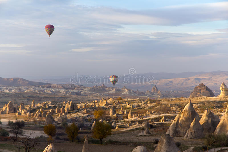 Aerostati di aria calda variopinti in Cappadocia, Turchia immagini stock libere da diritti