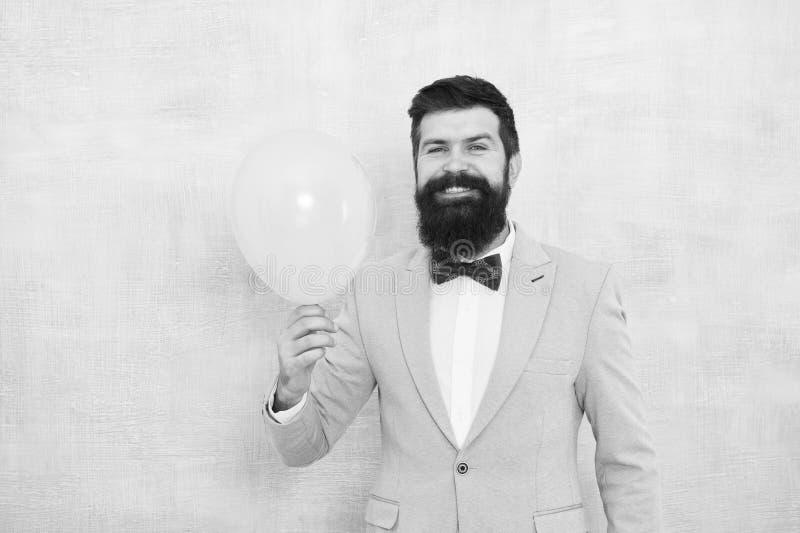 Aerostato barbuto felice della tenuta dell'uomo Ispirato appena Felicit? e successo Umore del partito Buon compleanno uomo felice fotografia stock