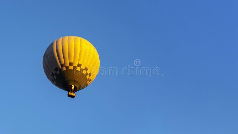 Aerostato di aria calda in cielo blu fotografia stock