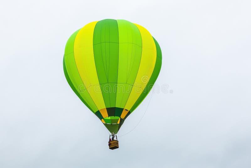 Aerostato di aria calda durante il volo immagine stock