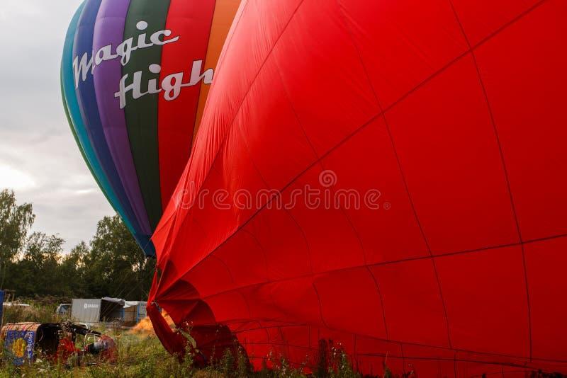 Aerostato e cestino di aria calda immagini stock libere da diritti