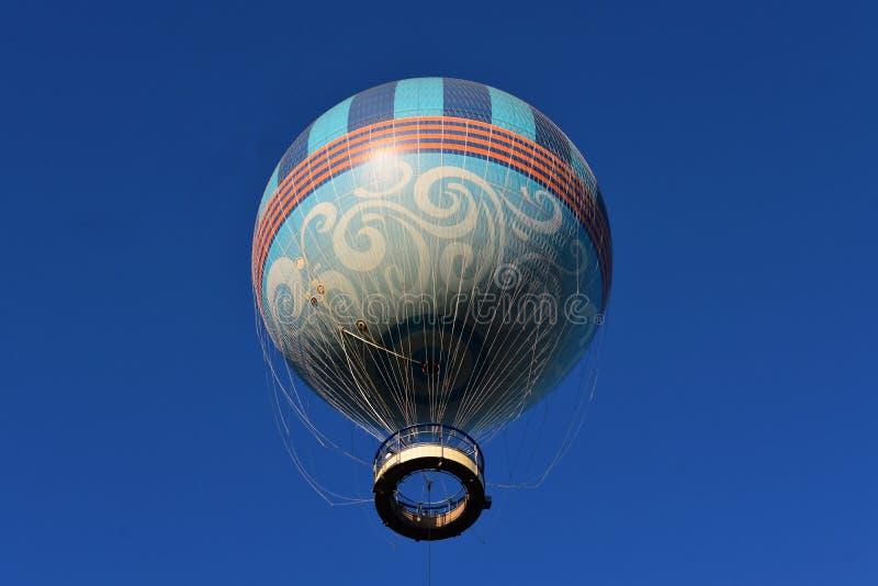 Aerostato sul fondo del cielo blu in lago Buena Vista fotografia stock